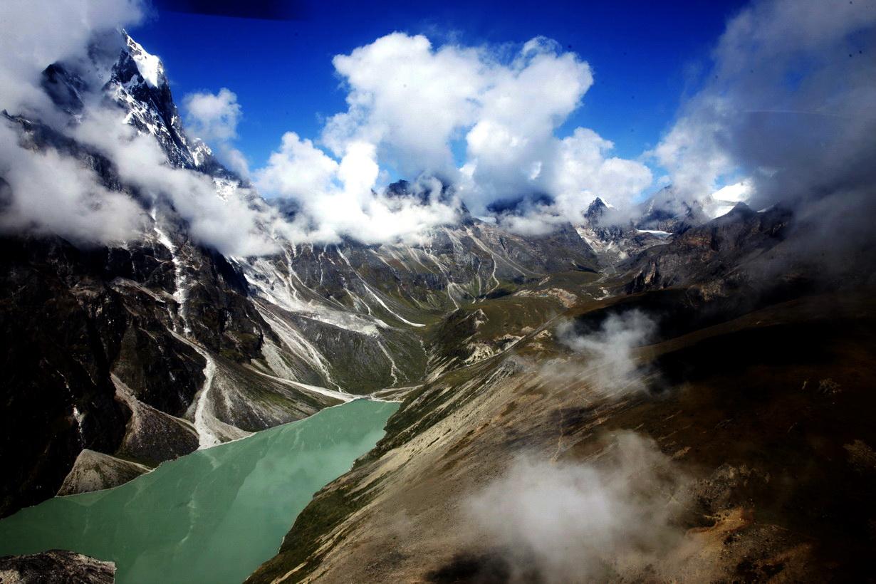 直升飞机空中巡游珠穆朗玛峰南坡尼泊尔一侧