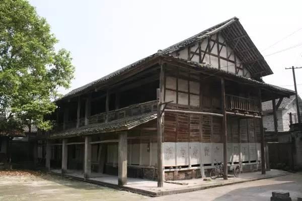木结构穿斗梁架,重檐歇山顶