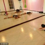 小学生暑假学跳钢管舞 健身练意志