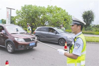 8月9日,绵阳安州区交警胡勇,手持自拍杆网络直播查酒驾