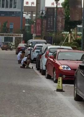 仁寿一群小伙带着铁铲,把政府规划的停车线给清除了