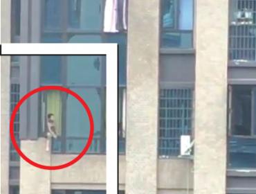 小孩跨坐高楼窗口惊动整个小区
