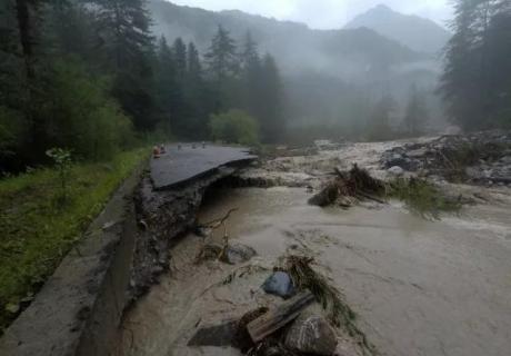 多地发布地灾橙色预警!九寨沟景区多处发生山洪