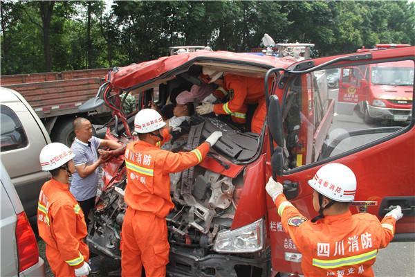 成雅高速发生6车相撞 双流消防官兵极速营救