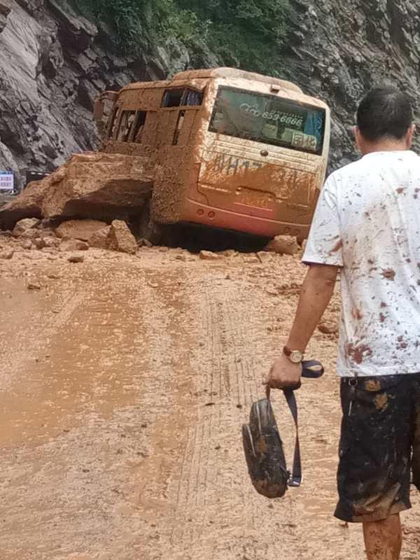 广元一客车被巨石砸中 10名乘客两分钟全部疏散