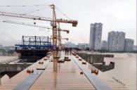 雨后初晴的岷江一桥改造工程项目施工现场,一派繁忙景象。工人们有的正在绑架钢筋,...