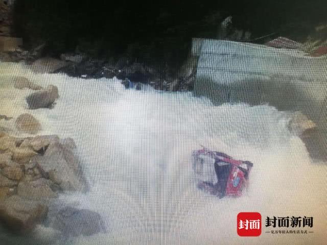四川一轿车坠河致1人死亡 其他失踪人员仍在搜寻中