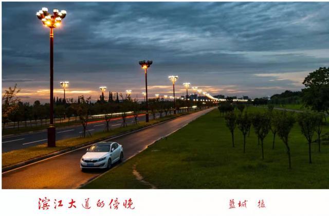 蓝城 ——《滨江大道的傍晚》 【摄影师每日一图赞眉山】