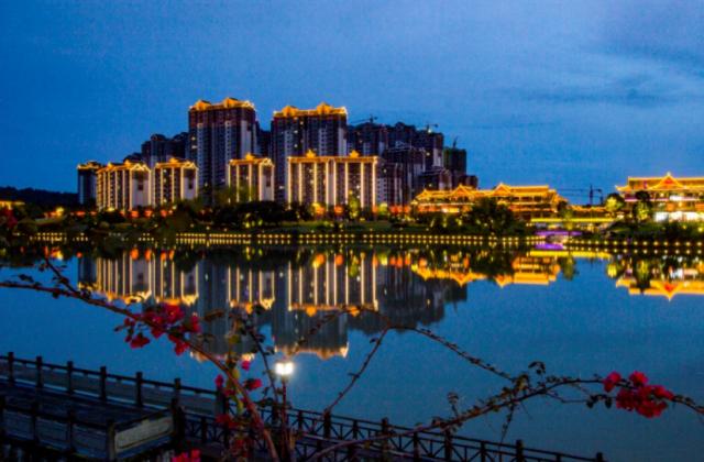 张晓容——《霓虹灯下的眉州新城》 【摄影师每日一图赞眉山】
