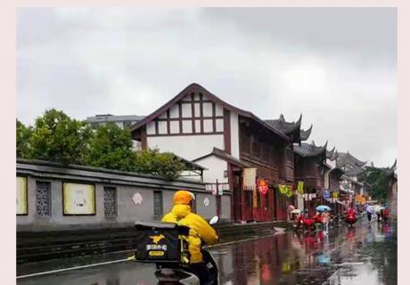 《风雨中的外卖小哥》——张晓容 【摄影师每日一图赞眉山】