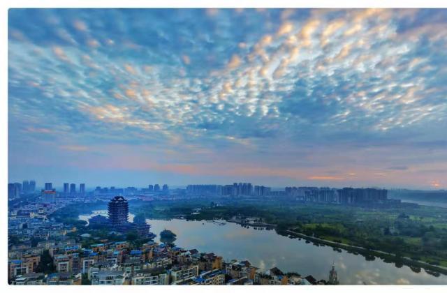《鸟瞰远景楼晨曦》、《城市之肺》作者:何洪文【摄影师每日一图赞眉山】
