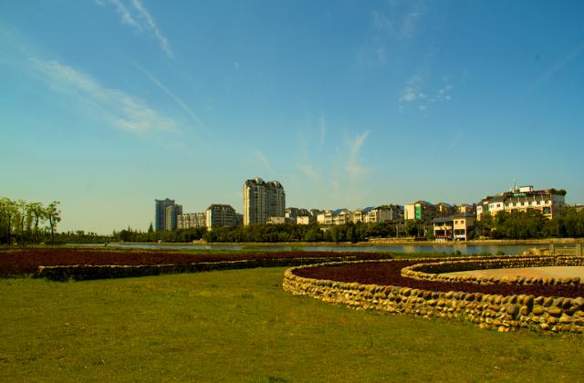 《幽静的东坡湖畔》——蹇蓉【摄影师每日一图赞眉山】