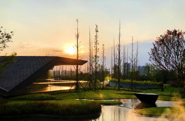 《夕阳下的东坡文化村》——朱晓飞【摄影师每日一图赞眉山】