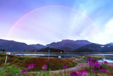 《雨后瓦屋现彩虹》 《梦幻渡船》东坡军哥【摄影师每日一图赞眉山】