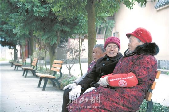 泥湾村的老人们正在聊天。.jpg
