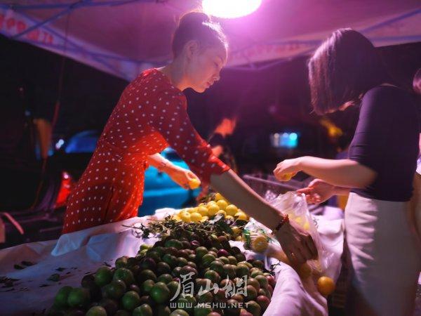 岳瑶正在卖水果