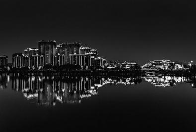 """夜色中的东坡湖恍若""""琵琶"""""""